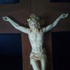 Antigüedades: ANTIGUO CRISTO EN PASTA SOBRE CRUZ DE MADERA. Lote 149814090