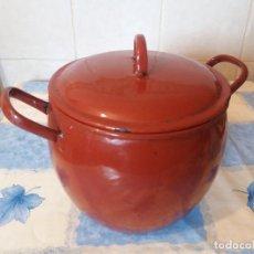 Antigüedades: ANTIGUO PUCHERO DE METAL ESMALTADO ROJO CON TAPA. Lote 149819742