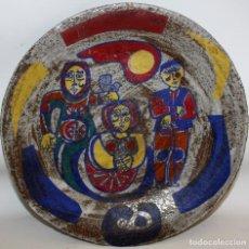 Antigüedades: ALFONSO OTERO REGAL (GALICIA) PLATO EN GRES PÌNTADO Y TITULADO LA PRESENTACION. Lote 149835482