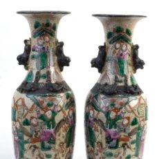 Antigüedades: PAREJA DE JARRONES CHINOS EN CERÁMICA VIDRIADA PINTADA ESCENA SOLDADOS CON DECORACIÓN EN RELIEVE XIX. Lote 149836642