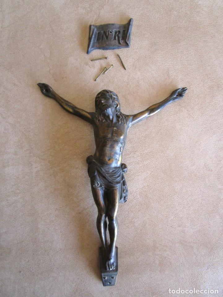FIGURA CRUCIFIJO DE LATON INRI AÑOS 40 20 CM X 15 CM (Antigüedades - Religiosas - Crucifijos Antiguos)