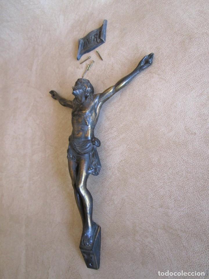 Antigüedades: figura crucifijo de laton inri años 40 20 cm x 15 cm - Foto 3 - 37741094