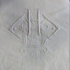 Antigüedades: ANTIGUA SÁBANA DE LINO CON VAINICAS E INICIALES BORDADAS PRINCIPIO S.XX. Lote 149855398