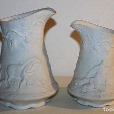Antigüedades: PAREJA DE JARRAS EN PORCELANA BISCUIT CON MOTIVOS DE CAZA EN RELIEVE - PRINCIPIOS SIGLO XX. Lote 149897594