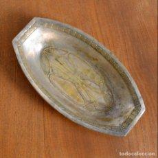 Antigüedades: ANTIGUA BANDEJA MODERNISTA EN METAL. Lote 149935338