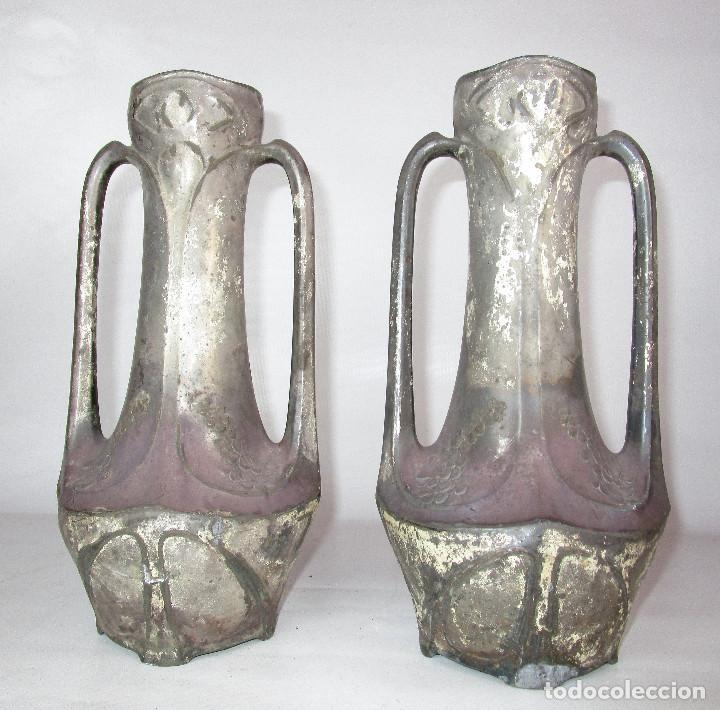 PRECIOSA PAREJA DE JARRONES ART DECO CON FLORES MODERNISTAS EN ESTAÑO PLATEADO (Antigüedades - Hogar y Decoración - Jarrones Antiguos)