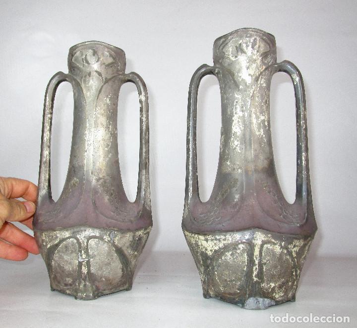 Antigüedades: PRECIOSA PAREJA DE JARRONES ART DECO CON FLORES MODERNISTAS EN ESTAÑO PLATEADO - Foto 2 - 149957378