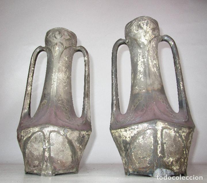 Antigüedades: PRECIOSA PAREJA DE JARRONES ART DECO CON FLORES MODERNISTAS EN ESTAÑO PLATEADO - Foto 4 - 149957378