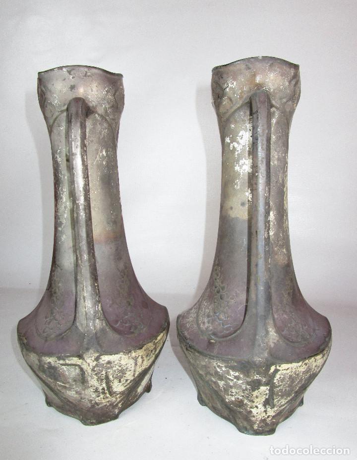 Antigüedades: PRECIOSA PAREJA DE JARRONES ART DECO CON FLORES MODERNISTAS EN ESTAÑO PLATEADO - Foto 7 - 149957378