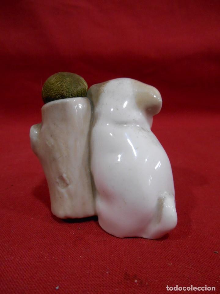 Antigüedades: ANTIGUO ACERICO PORTA ALFILERES DE PORCELANA CON FIGURA DE PERRITO - Foto 3 - 150020038