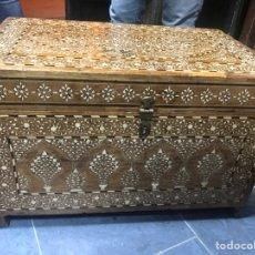 Antigüedades: PRECIOSO BAÚL DE MADERA Y NÁCAR. Lote 150026181