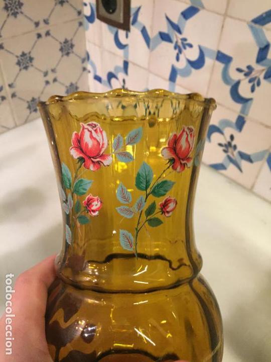 Antigüedades: Antiguo jarrón / florero de cristal prensado marrón con flores de los años 50-60 - Foto 2 - 150036770