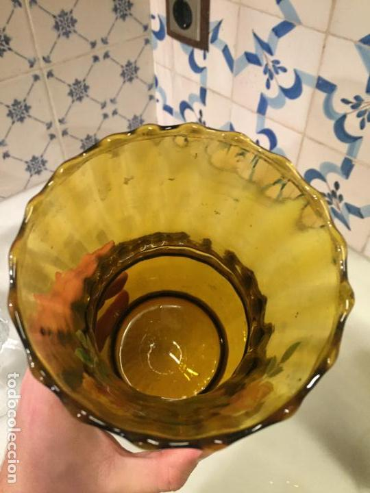 Antigüedades: Antiguo jarrón / florero de cristal prensado marrón con flores de los años 50-60 - Foto 4 - 150036770