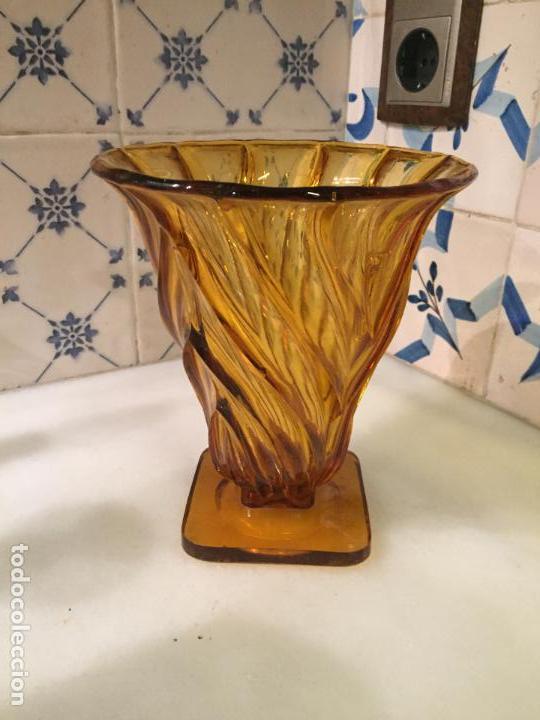 ANTIGUO JARRÓN / FLORERO DE CRISTAL PRENSADO MARRÓN CON FLORES DE LOS AÑOS 50-60 (Antigüedades - Hogar y Decoración - Floreros Antiguos)