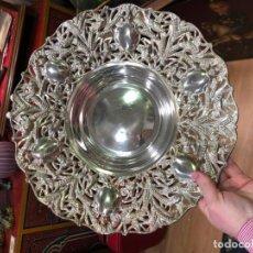 Antigüedades: PARECIOSA BANDEJA DE ALPACA PLATEADA LABRADA - MEDIDA 35,5 CM. Lote 150140946