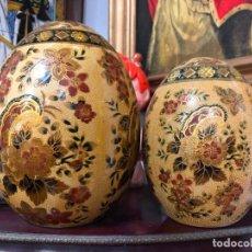 Antigüedades: PAREJA DE HUEVOS DE CERAMICA CON MOTIVOS ORIENTALES SATSUMA - MEDIDA 21X15 Y 17X11 CM. Lote 150149314