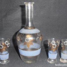 Antigüedades: LICORERA Y TRES VASITOS DE CRISTAL, MUY ANTIGUOS. Lote 150166226