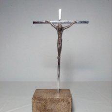 Antigüedades: CRISTO CRUCIFICADO (PEQUEÑA IMAGEN EN METAL CON BASE DE PIEDRA). Lote 150177554