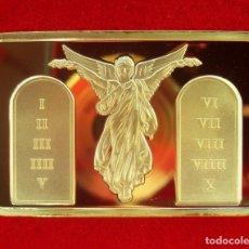 Antigüedades: LINGOTE ORO LAMINADO JESÚS CRUCIFICADO ACOMPAÑADO DE ÁNGELES Y LA TABLA DE LOS 10 MANDAMIENTOS. Lote 155209429