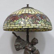 Antigüedades: MAGNIFICA LAMPARA TIPO TIFFANY DE BRONCE. CON ESCULTURA ESTILO AGATHON LEONARD. Lote 150243934