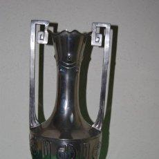 Antigüedades: PRECIOSO JARRÓN MODERNISTA - METAL PLATEADO - DECORACIÓN GEOMÉTRICA - MODERNISMO - ART NOUVEAU. Lote 150245242