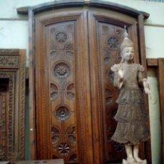 Antigüedades: PUERTA ANTIGUA DE ENTRADA DE PALACIO EN MADERA DE NOGAL. Lote 150248426