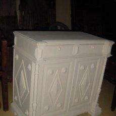 Antigüedades: APARADOR BAJO ANTIGUO EN COLOR BLANCO . Lote 150254210
