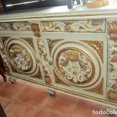 Antigüedades: APARADOR BAJO VINTAGE MADERA TALLADA Y POLICROMADA,. Lote 150254478