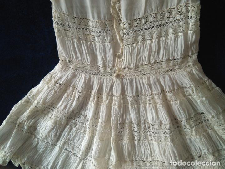 Antigüedades: Antiguo y muy elaborado vestido de niña, tejido fino lozas pasacintas y encajes Valensiennes h 1950 - Foto 2 - 150268246
