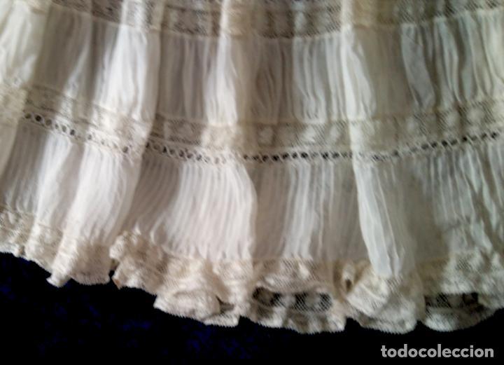 Antigüedades: Antiguo y muy elaborado vestido de niña, tejido fino lozas pasacintas y encajes Valensiennes h 1950 - Foto 3 - 150268246