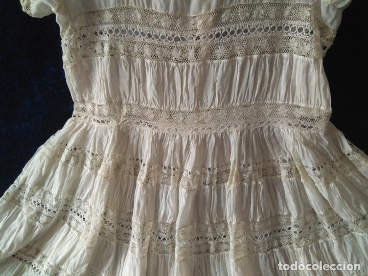 Antigüedades: Antiguo y muy elaborado vestido de niña, tejido fino lozas pasacintas y encajes Valensiennes h 1950 - Foto 4 - 150268246