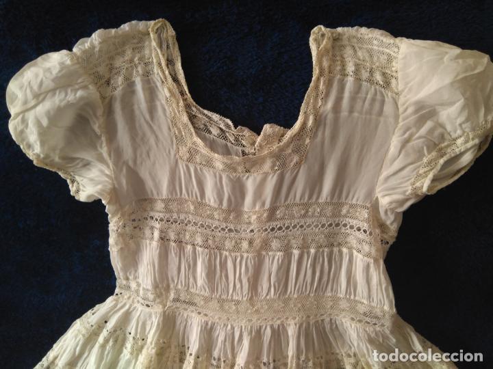 Antigüedades: Antiguo y muy elaborado vestido de niña, tejido fino lozas pasacintas y encajes Valensiennes h 1950 - Foto 5 - 150268246