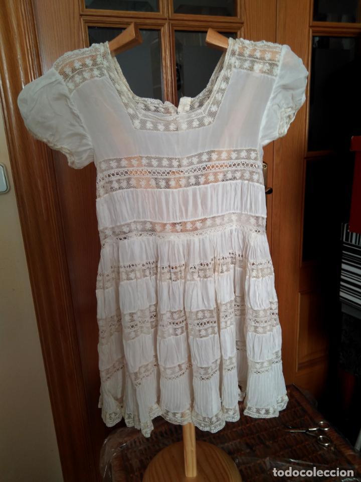 Antigüedades: Antiguo y muy elaborado vestido de niña, tejido fino lozas pasacintas y encajes Valensiennes h 1950 - Foto 6 - 150268246