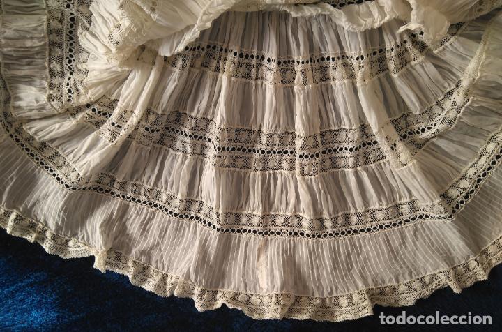 Antigüedades: Antiguo y muy elaborado vestido de niña, tejido fino lozas pasacintas y encajes Valensiennes h 1950 - Foto 7 - 150268246