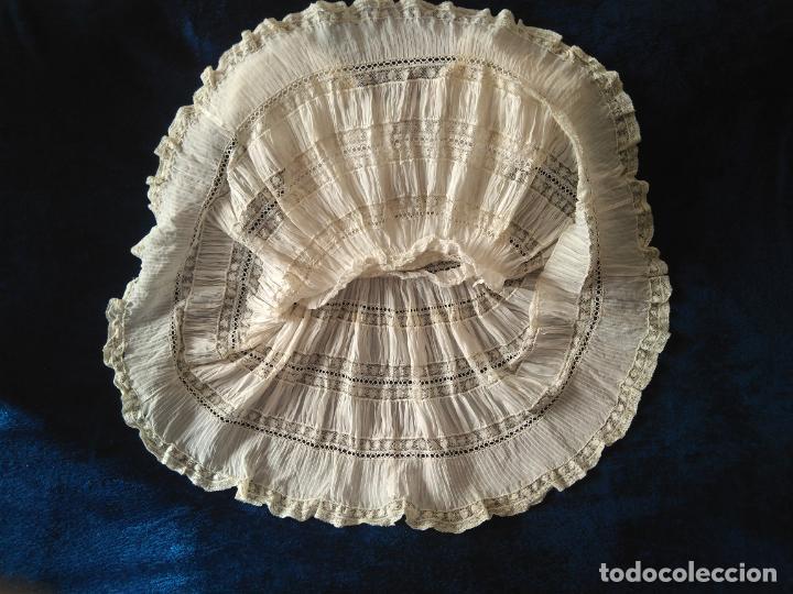 Antigüedades: Antiguo y muy elaborado vestido de niña, tejido fino lozas pasacintas y encajes Valensiennes h 1950 - Foto 8 - 150268246