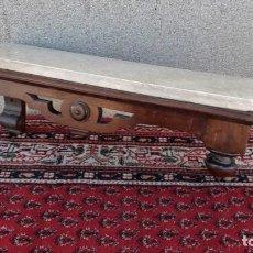 Antigüedades: REPISA ANTIGUA DE MADERA Y MÁRMOL ESTILO ALFONSINO. REPISA, PEANA ESTANTERÍA ANTIGUA.. Lote 150277834