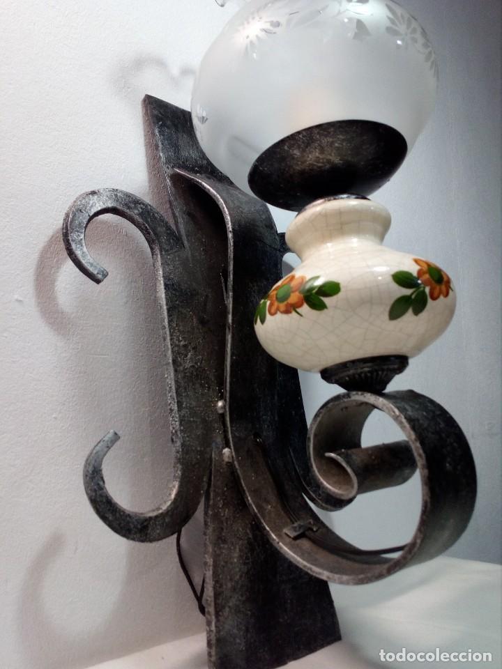 LÁMPARA FAROL APLIQUE DE PARED DE HIERRO FORJADO CON CERÁMICA DE FLORES Y TULIPA (Antigüedades - Iluminación - Apliques Antiguos)