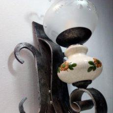 Antigüedades: LÁMPARA FAROL APLIQUE DE PARED DE HIERRO FORJADO CON CERÁMICA DE FLORES Y TULIPA. Lote 150312554
