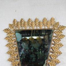 Antigüedades: ESPEJO VINTAGE EN METAL DORADO TRIANGULAR CON HOJAS. Lote 150335966