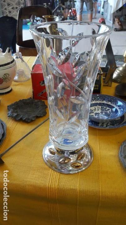 FLORERO DE CRISTAL ROCA TALLADO CON BASE DE PLATA (Antigüedades - Cristal y Vidrio - Otros)