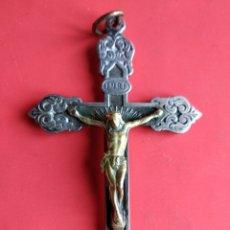 Antigüedades: ANTIGUA PRECIOSA CRUZ PECTORAL CON CRISTO EN BRONCE Y MOTIVOS FLORALES. Lote 150526313