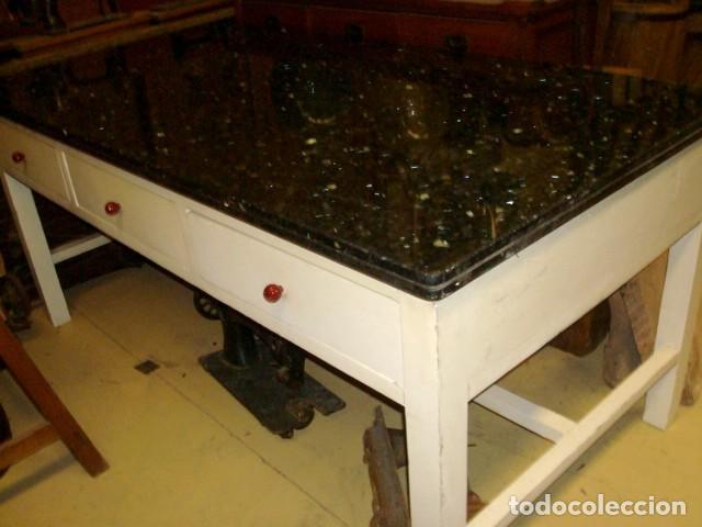 MESA DE COCINA ANTIGUA CON 6 CAJONES, 3 POR CADA LADO, TAPA DE GRANITO NEGRO, (Antigüedades - Muebles Antiguos - Mesas Antiguas)