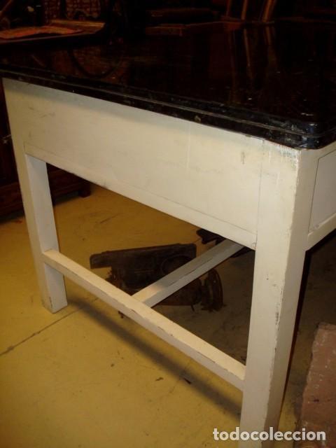 Antigüedades: Mesa de cocina antigua con 6 cajones, 3 por cada lado, tapa de granito negro, - Foto 4 - 150528774