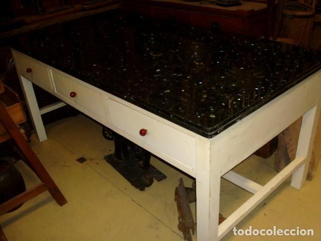 Antigüedades: Mesa de cocina antigua con 6 cajones, 3 por cada lado, tapa de granito negro, - Foto 7 - 150528774