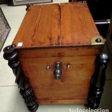 Antigüedades: BAUL ANTIGUO CON TORNEADOS EN LAS ESQUINAS Y RUEDAS SXIX . Lote 150533814