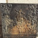 Antigüedades: ANTIGUO CARTEL ESCUDO HIERRO MACIZO FORJA CON VERSÍCULO EN ALEMÁN E IMAGEN EN RELIEVE 25 KG. Lote 150546134