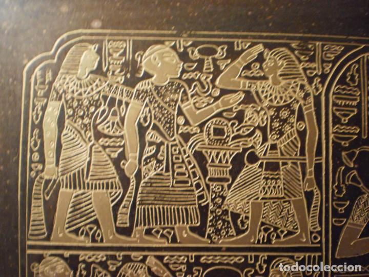 Antigüedades: Antigua bandeja de metal con asas y grabados de escenas del antiguo egipto - Foto 4 - 150568750