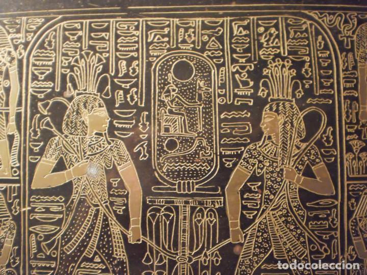 Antigüedades: Antigua bandeja de metal con asas y grabados de escenas del antiguo egipto - Foto 5 - 150568750