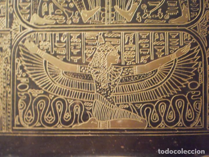 Antigüedades: Antigua bandeja de metal con asas y grabados de escenas del antiguo egipto - Foto 6 - 150568750