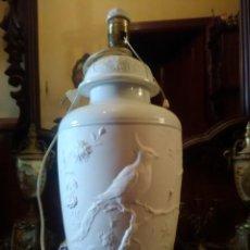 Antigüedades: LAMPARA DE SOBREMESA EN PORCELANA DE BISCUIT DECORACIÓN EN RELIEVE.. Lote 150578386